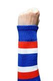 在做标志的泰国臂章的妇女手 免版税库存图片