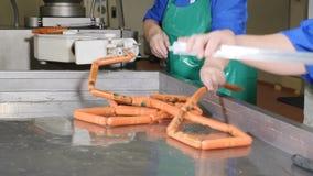 在做植物的肉和香肠的工业香肠生产过程 香肠生产线 香肠工厂 影视素材
