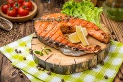 在做的板材的烤鲑鱼排 库存照片