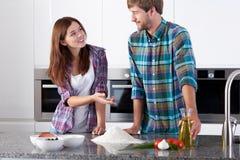 在做薄饼前的夫妇 免版税库存照片