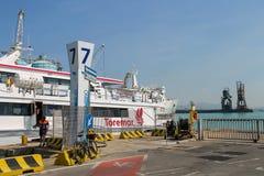 在停泊处的渡轮Marmorica在皮奥恩比诺海口,意大利 免版税库存照片