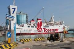 在停泊处的渡轮Marmorica在皮奥恩比诺海口,意大利 库存图片