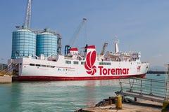 在停泊处的渡轮Marmorica在皮奥恩比诺海口,意大利 免版税图库摄影