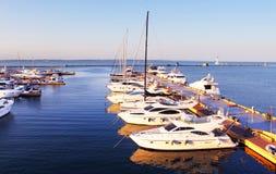 在停泊处的游艇在黑海,傲德萨,乌克兰 免版税库存照片