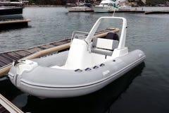 在停泊处的白色可膨胀的橡胶速度汽船 免版税库存图片