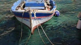 在停泊处的老fishsing的小船 绿色镇静水 股票视频