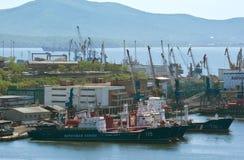 在停泊处的船在口岸在一个晴天 符拉迪沃斯托克 俄国 22 05 2015年 免版税库存照片