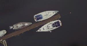 在停泊对木码头的游艇的圆的行动在海湾 股票视频