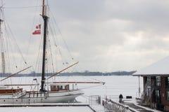 在停泊的一条风船, Ontario湖,多伦多 免版税库存照片
