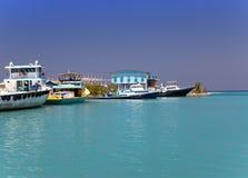 在停泊的小船在热带海岛上 免版税库存照片