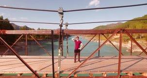 在停留在吊桥和观看的年轻人游人的空中飞行 股票视频