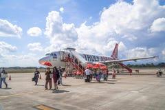 在停车区域的亚洲航空空中客车A320在Nannakhon机场,泰国 免版税图库摄影