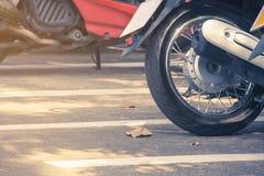 在停车场停放的摩托车接近的轮子 库存图片