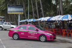 在停车场区域的五颜六色的出租汽车停车处在芭达亚街道上  免版税库存图片