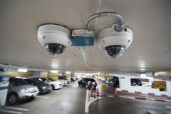 在停车场大厦的Cctv照相机 库存照片