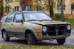 在停车场放弃的残破的汽车 免版税库存照片