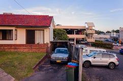 在停车场旁边的老澳大利亚郊区议院 免版税图库摄影
