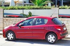 在停车场的一辆小汽车在旅馆附近 免版税库存图片