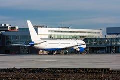 在停车场的乘客飞机在机场终端大厦附近 库存图片