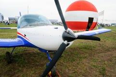 在停车场的体育飞机飞行表演,Zhukovsky 免版税库存图片