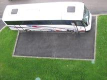 在停车场的公共汽车 库存照片