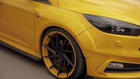 在停车场的橙黄跑车,低调轮胎 阻力赛车,漂移的汽车07 05 2019年乌克兰利沃夫州 影视素材
