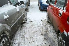在停车场的汽车在冬天季节 免版税库存图片