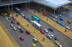 在停车场的汽车在城市 库存照片