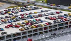 在停车场的汽车在城市 免版税库存照片