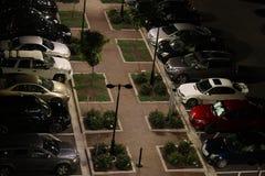 在停车场的汽车在晚上 库存图片