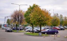 在停车场的汽车在秋天 库存图片