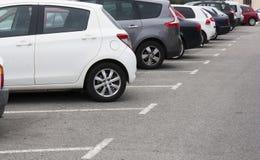 在停车场的汽车在行 免版税库存照片