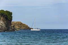 在停车场的海游艇在岩石海岸 免版税图库摄影