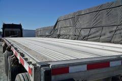 在停车场的牵引车拖车 免版税库存图片