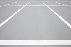 在停车场的空的空间 免版税库存照片