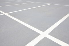 在停车场的空的空间 库存图片
