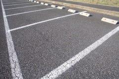在停车场的空的空间 免版税库存图片