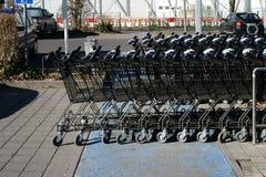 在停车场的购物车 免版税图库摄影