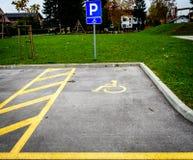 在停车场的轮椅标志指示残疾停车位 免版税库存图片