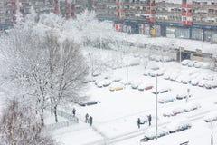 在停车场的雪盖的汽车 库存照片