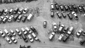 在停车场美妙地排列的汽车 免版税图库摄影