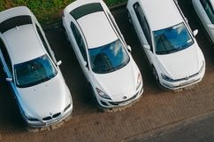 在停车场- bmv,马自达,大众的三辆汽车 俄国 莫斯科 10月19日 库存照片