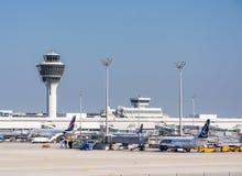 在停车处位置的飞机在慕尼黑ariport 免版税库存图片