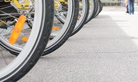 在停车处停放的许多自行车 免版税库存照片