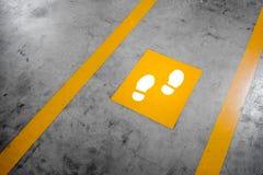 在停车处大厦的走道车道 库存图片