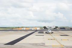在停车处小条的商业飞机在机场 图库摄影