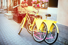 在停车处的两辆自行车在咖啡馆 免版税库存图片