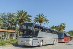 在停车处的公共汽车由旅馆 免版税库存图片