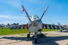 在停车处的军用飞机苏-25 免版税库存照片