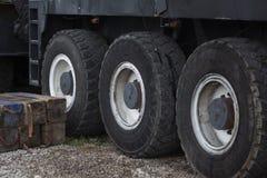 在停车处的卡车轮子 免版税图库摄影